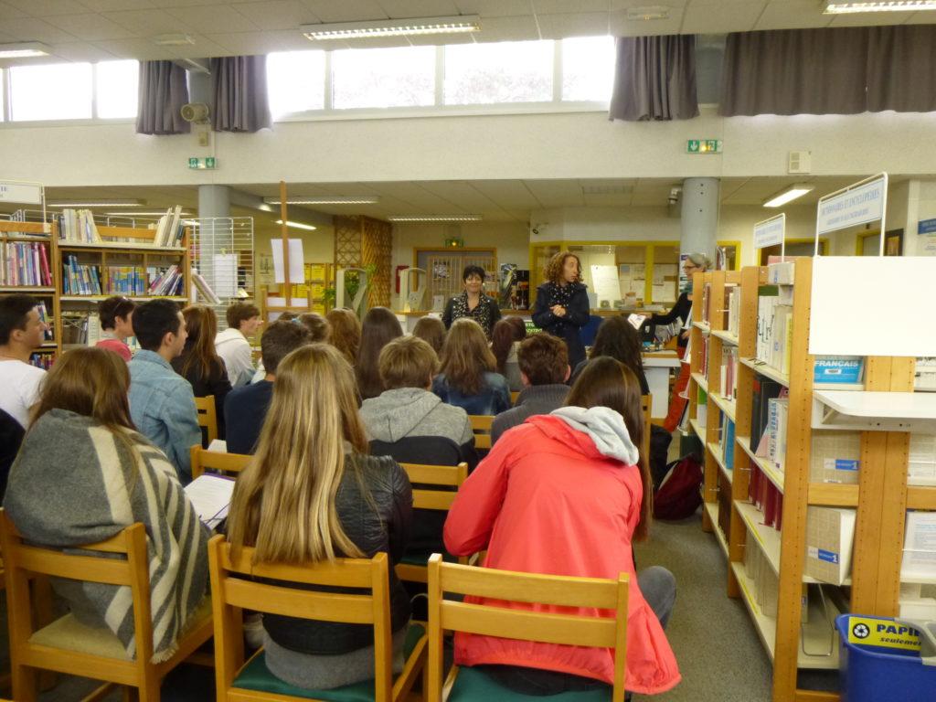 Valérie Zenatti présente son livre devant une classe de Seconde.